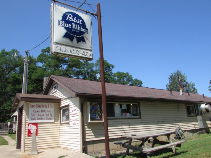 Drew's Lakeside Bar and Grill in Montello