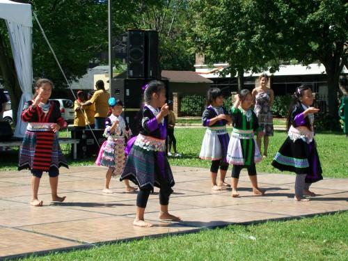 Viv Ncaus Hmong Dancers