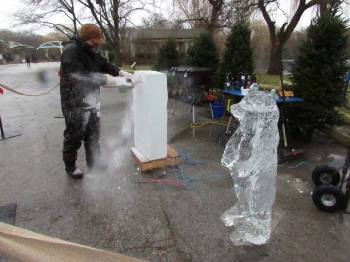 Ice carver at Milwaukee zoo